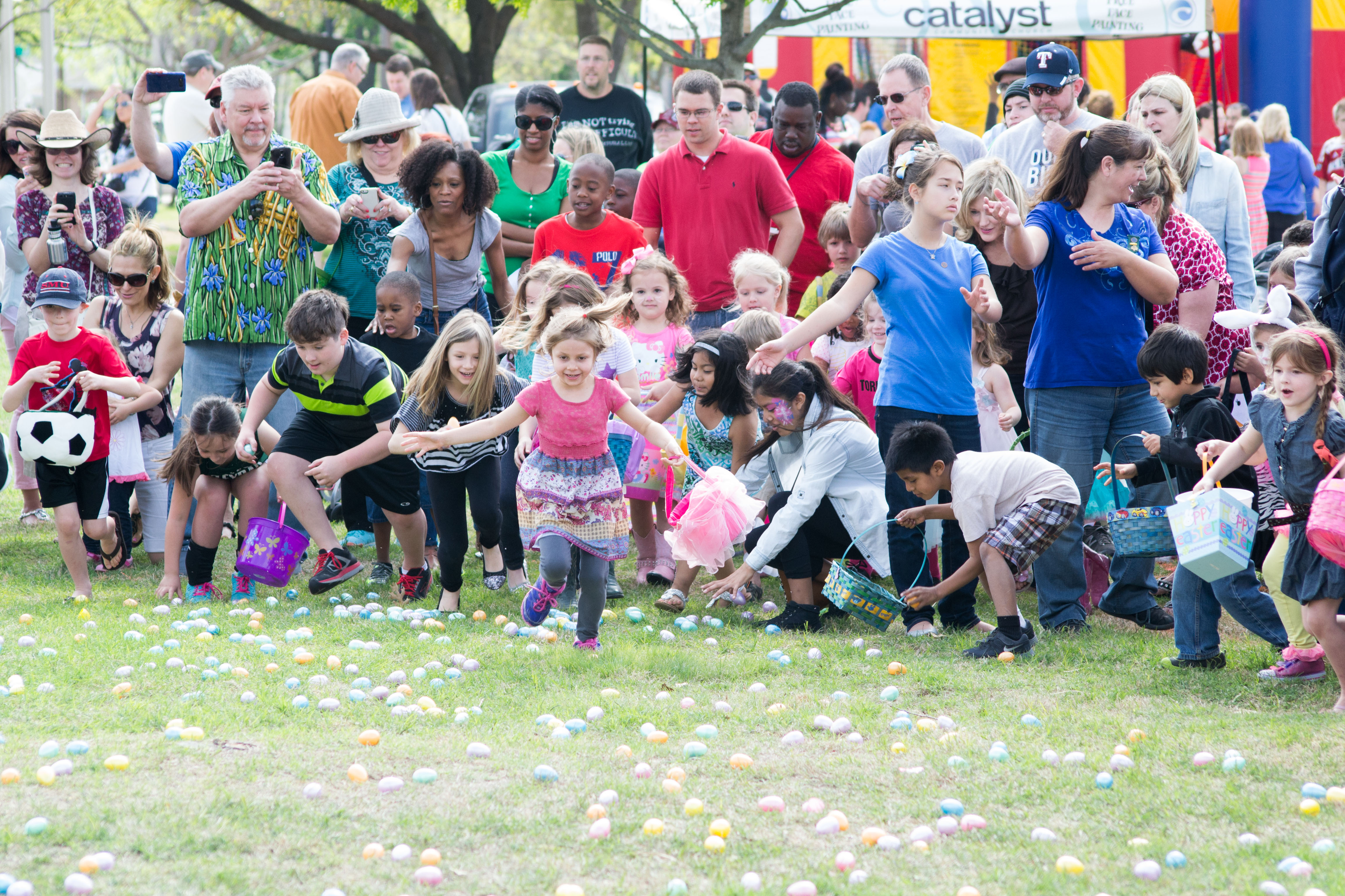 Image of a large group of children doing an Easter egg hunt