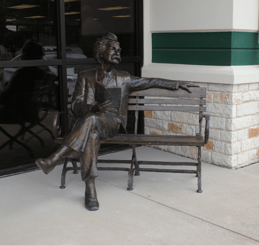 Statue of Mark Twain on a bench